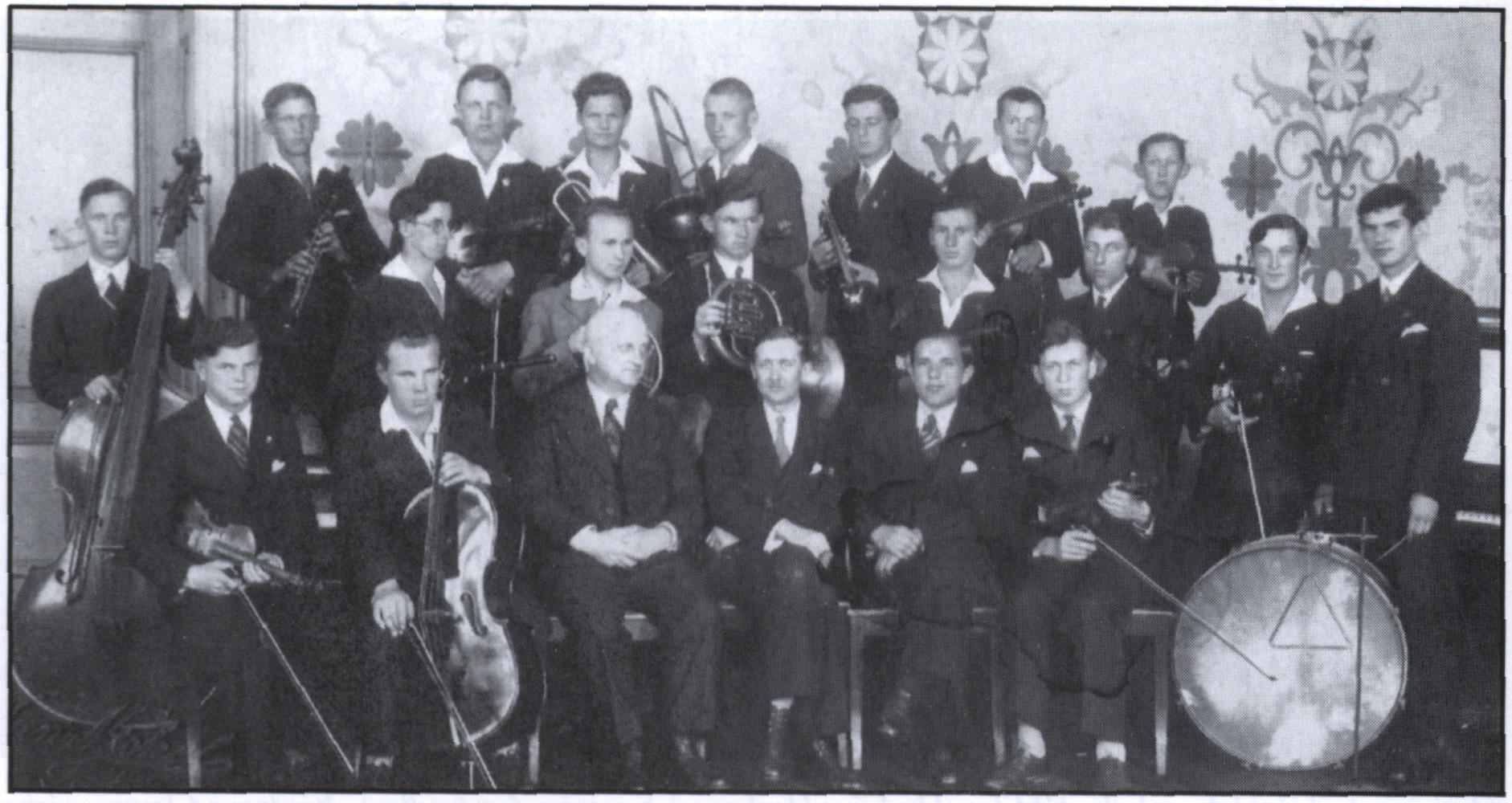 Orkiestra  w Kościerzynie. W pierwszym rzędzie drugi od lewej z wiolonczelą siedzi Lubomir Szopiński,  w trzecim rzędzie Bronisław Lubiński z puzonem