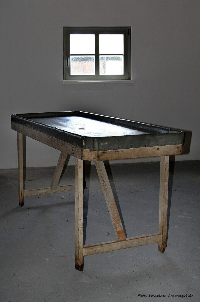 Konserwacja stołu sekcyjnego z rewiru obozowego