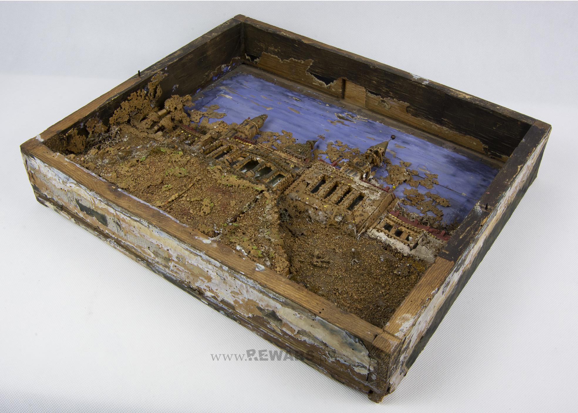 Rzut z ukosa na całą diorama, umieszczoną w szufladzie.