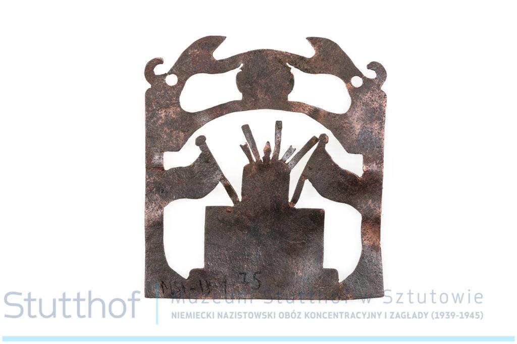 Metolowa zawieszka od tory, w kolorze ciemnego brązu, wykonan z mosiądzu. Kształt zawieszki kwadratowy, zdjęcie na wprost. W centrum zawieszki znajduje się wizerunek Arki Przymierza.