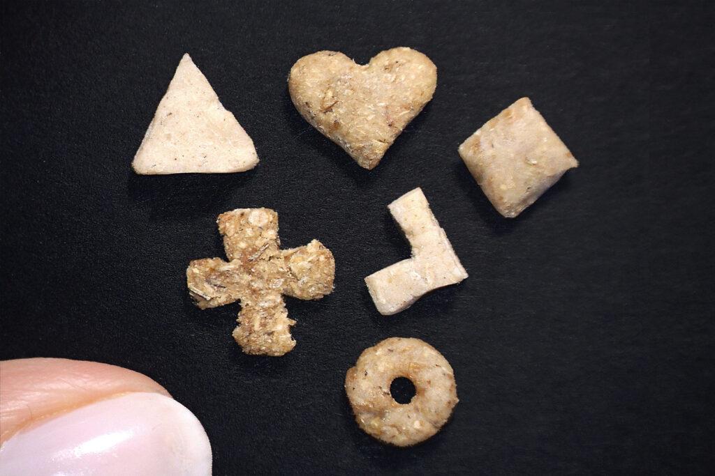 Na czarnym tle ułożonych 6 elementów różańca wypieczonych z chleba na potrzeby uzupełnienia brakujących elementów.