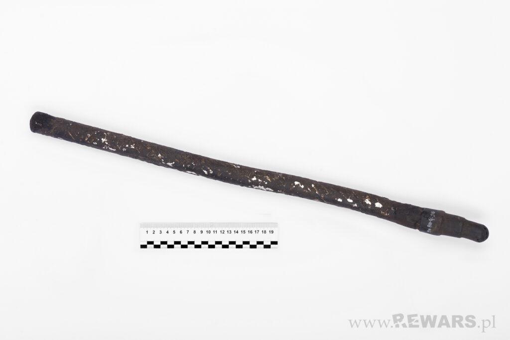 Metalowa pałka w kolorze czarnym, foto przed konserwacją