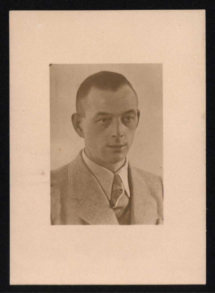 Zdjęcie w ramce, kolorystyka sepii, portret Teodora Meyera ubranego w garnitur